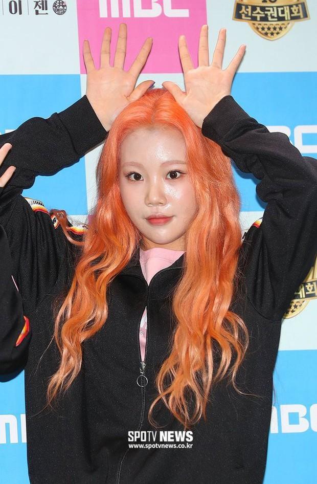 Lộ diện với gương mặt khác lạ, nữ idol xấu nhất lịch sử Kpop bị nghi phẫu thuật thẩm mỹ đến mức xuống sắc hơn trước - Ảnh 1.