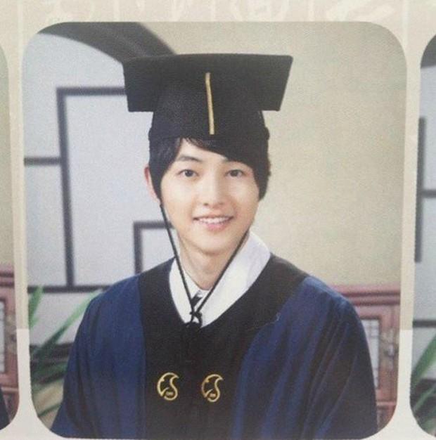 Ảnh tốt nghiệp của dàn tài tử hàng đầu Hàn Quốc: Nhan sắc thật được phơi bày, tài tử Người thừa kế gây sốc nhất - Ảnh 11.