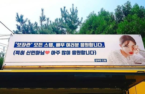 Sau thời gian dài im ắng, tài tử Kim Woo Bin gây sốt vì thể hiện tình cảm với Shin Min Ah mặc kệ trời nắng nóng - Ảnh 2.