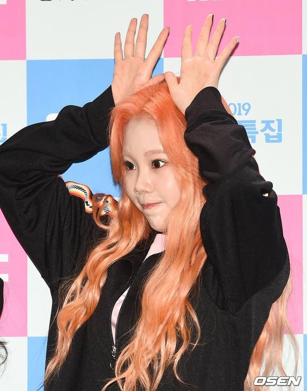 Lộ diện với gương mặt khác lạ, nữ idol xấu nhất lịch sử Kpop bị nghi phẫu thuật thẩm mỹ đến mức xuống sắc hơn trước - Ảnh 2.