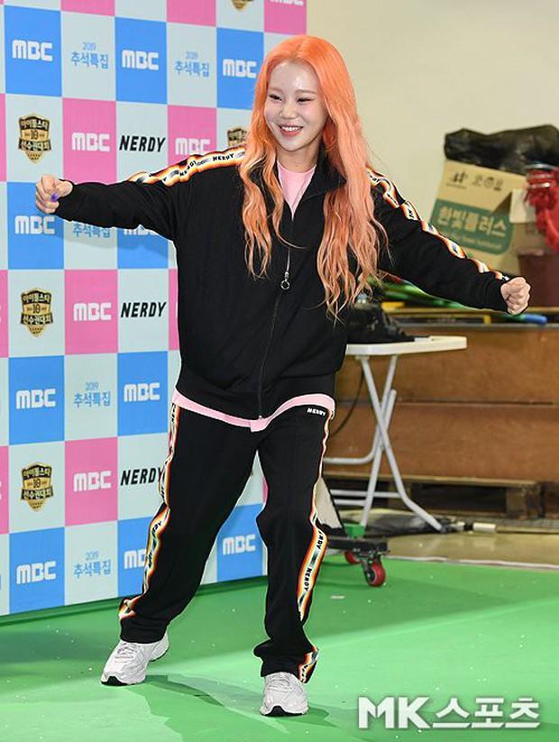 Lộ diện với gương mặt khác lạ, nữ idol xấu nhất lịch sử Kpop bị nghi phẫu thuật thẩm mỹ đến mức xuống sắc hơn trước - Ảnh 4.