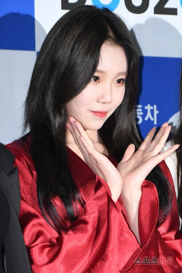 Lộ diện với gương mặt khác lạ, nữ idol xấu nhất lịch sử Kpop bị nghi phẫu thuật thẩm mỹ đến mức xuống sắc hơn trước - Ảnh 11.