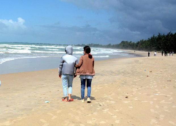 Vụ 4 người đuối nước khi đi du lịch ở Bình Thuận: Vợ thoát nạn xin xuất viện, liên tục ngã quỵ bên bờ biển ngóng tin chồng mất tích - Ảnh 1.