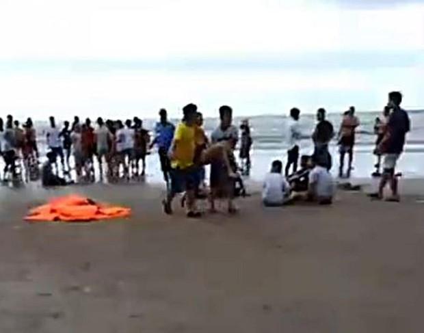 Vụ 4 người đuối nước khi đi du lịch ở Bình Thuận: Vợ thoát nạn xin xuất viện, liên tục ngã quỵ bên bờ biển ngóng tin chồng mất tích - Ảnh 2.