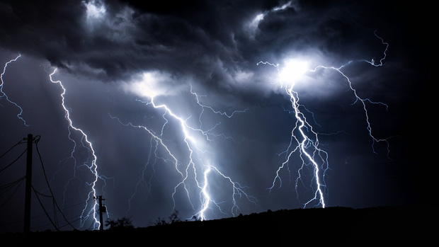 Trú mưa dưới ô, 3 người trong gia đình bị sét đánh tử vong - Ảnh 1.