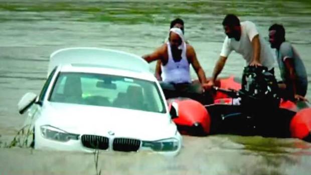 Không thích BMW tiền tỷ bố tặng, cậu ấm thẳng tay đem xe thả trôi sông để câu likes - Ảnh 1.