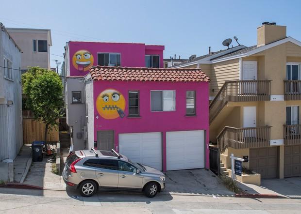 Tức giận vì bị mách lẻo, người phụ nữ thuê người vẽ emoji khóa miệng chình ình trước nhà để dằn mặt bà hàng xóm lắm lời - Ảnh 1.