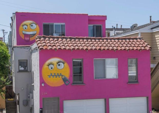 Tức giận vì bị mách lẻo, người phụ nữ thuê người vẽ emoji khóa miệng chình ình trước nhà để dằn mặt bà hàng xóm lắm lời - Ảnh 2.