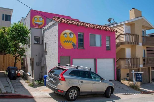 Tức giận vì bị mách lẻo, người phụ nữ thuê người vẽ emoji khóa miệng chình ình trước nhà để dằn mặt bà hàng xóm lắm lời - Ảnh 3.