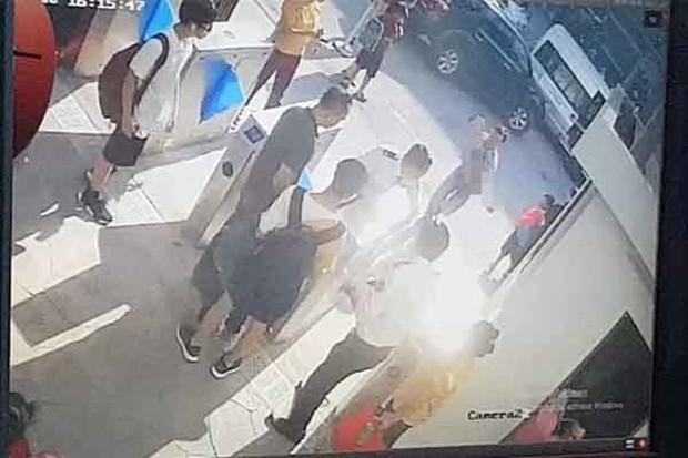 Vụ cháu bé lớp 1 tử vong trên xe đưa đón: Chiếc áo màu đỏ cháu mặc khi lên ô tô đến trường đang ở đâu? - Ảnh 1.