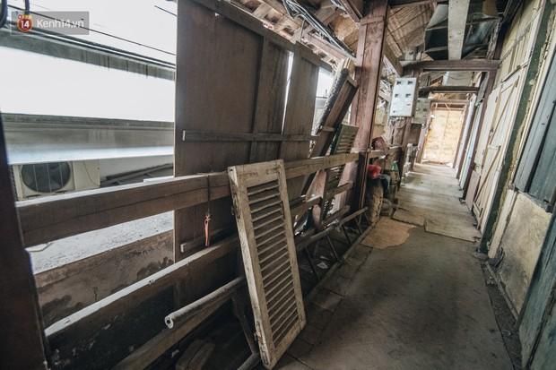 Khu tập thể gỗ xuống cấp nghiêm trọng tồn tại gần 70 năm giữa lòng Hà Nội: Không nhà vệ sinh, là lãnh thổ của bầy chuột sinh sôi - Ảnh 11.