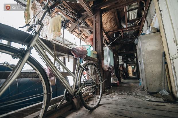 Khu tập thể gỗ xuống cấp nghiêm trọng tồn tại gần 70 năm giữa lòng Hà Nội: Không nhà vệ sinh, là lãnh thổ của bầy chuột sinh sôi - Ảnh 16.