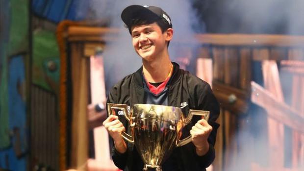 Nhà vô địch giải eSport vừa nhận hơn 70 tỷ bị cảnh sát sờ gáy ngay trên sóng livestream - Ảnh 1.