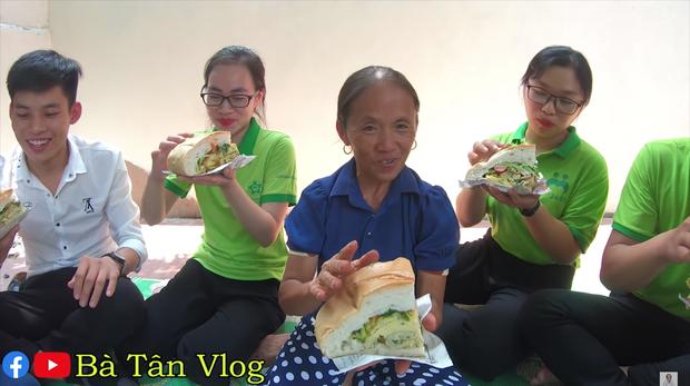 Dùng trứng đà điểu làm nhân bánh mì, bà Tân Vlog phải dùng hẳn dao phay mới tách được vỏ, cho vào chậu nhựa mới vừa - Ảnh 7.