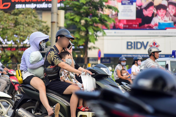 15 phút chụp vội thói quen nguy hiểm của nhiều người Việt Nam: Vừa lái xe vừa hí hoáy điện thoại không ngừng! - Ảnh 4.