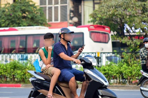 15 phút chụp vội thói quen nguy hiểm của nhiều người Việt Nam: Vừa lái xe vừa hí hoáy điện thoại không ngừng! - Ảnh 3.
