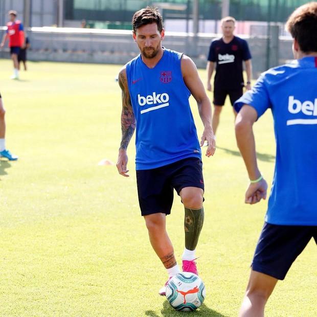 Đăng bức ảnh tập luyện cùng hai đồng đội đặc biệt, Messi nhận về triệu lượt thả tim nhưng đáng chú ý nhất vẫn là cơ bụng của siêu sao này - Ảnh 2.