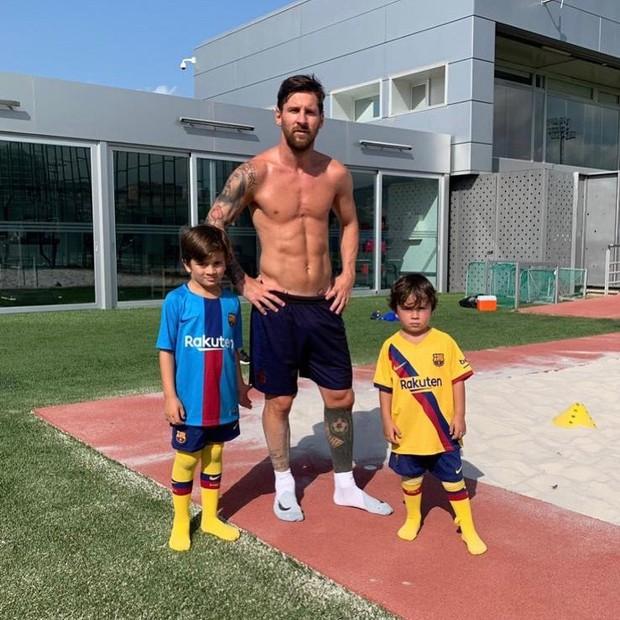 Đăng bức ảnh tập luyện cùng hai đồng đội đặc biệt, Messi nhận về triệu lượt thả tim nhưng đáng chú ý nhất vẫn là cơ bụng của siêu sao này - Ảnh 1.
