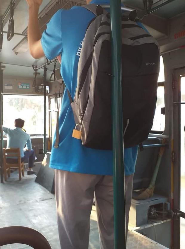 Cẩn thận chưa bao giờ là thừa, nam sinh trang bị cả ổ khoá to cho chiếc ba lô của mình khi đi xe bus - Ảnh 1.