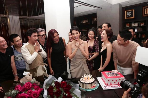 Trấn Thành, BB Trần và dàn sao Vbiz tới mừng sinh nhật Xuân Lan, nữ siêu mẫu gây bất ngờ với nhẫn kim cương khổng lồ - Ảnh 4.