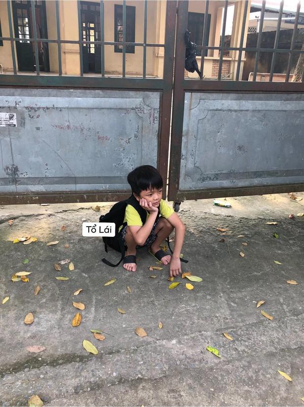 Cậu nhóc ngồi một mình chưng hửng ở cổng trường vì bị bạn Lan lừa: Ngày mai đi khai giảng nhé, tớ đợi cậu! - Ảnh 1.