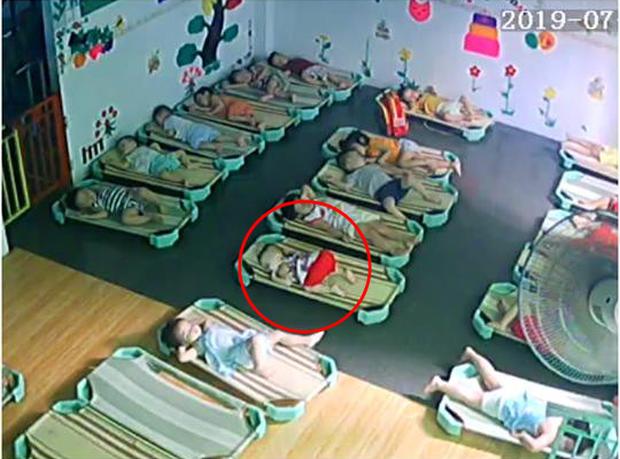 Loạt hành động không giống ai trong lớp học của các bé mầm non khiến dân mạng cười bể bụng - Ảnh 5.