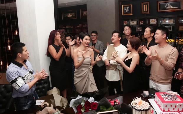 Trấn Thành, BB Trần và dàn sao Vbiz tới mừng sinh nhật Xuân Lan, nữ siêu mẫu gây bất ngờ với nhẫn kim cương khổng lồ - Ảnh 3.