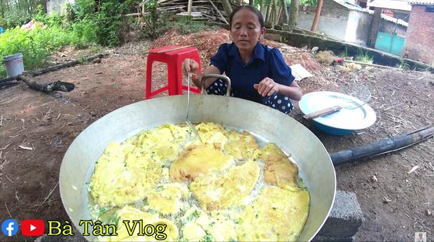 Dùng trứng đà điểu làm nhân bánh mì, bà Tân Vlog phải dùng hẳn dao phay mới tách được vỏ, cho vào chậu nhựa mới vừa - Ảnh 5.