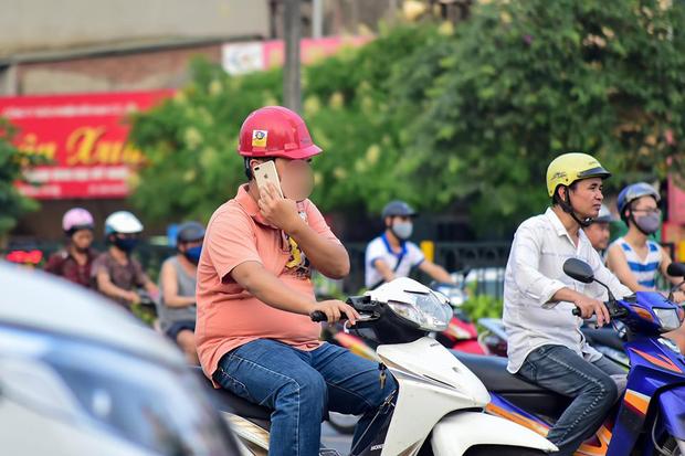 15 phút chụp vội thói quen nguy hiểm của nhiều người Việt Nam: Vừa lái xe vừa hí hoáy điện thoại không ngừng! - Ảnh 2.