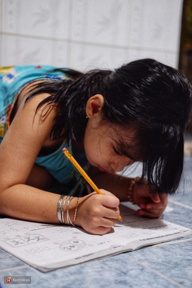 Xót xa hoàn cảnh hai chị em gái bị cha mẹ bỏ rơi ở Sài Gòn: Vợ chồng nó đi biền biệt không biết sống chết thế nào - Ảnh 3.
