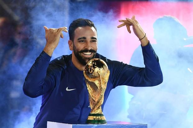 Nhà vô địch World Cup 2018 bị CLB đuổi thẳng cổ sau khi trốn tập luyện để tấu hài trên show truyền hình thực tế - Ảnh 3.