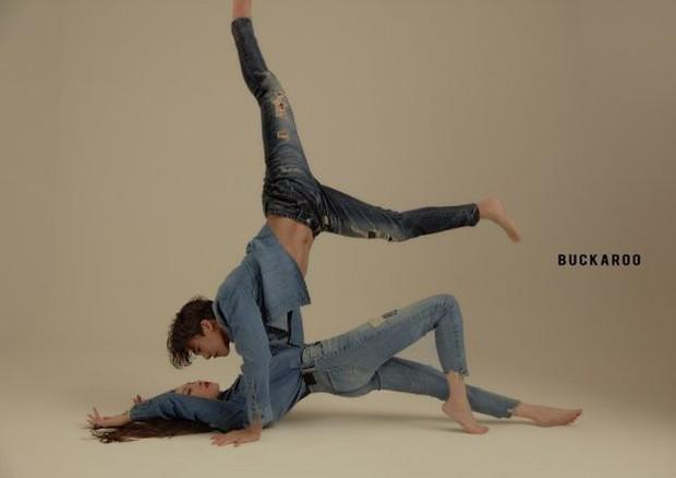 Bộ ảnh quảng cáo gây tranh cãi của mỹ nhân Sunmi và nam vũ công 6 múi nóng bỏng: Muốn đỏ mặt vì kiểu tạo dáng! - Ảnh 1.