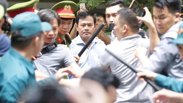 Tiếp tục mở phiên xét xử Nguyễn Hữu Linh nghi dâm ô bé gái trong thang máy - Ảnh 1.