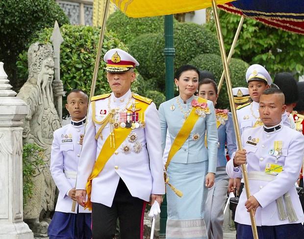 Hoàng hậu Thái Lan xuất hiện rạng rỡ bên cạnh Quốc vương vào ngày quốc lễ, được mẹ chồng nắm tay tình cảm trong khi vợ lẽ mất hút khó hiểu - Ảnh 1.