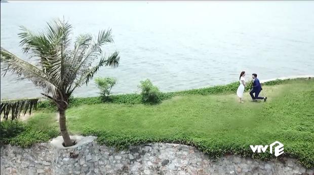 Đáng ra phải là cảnh lãng mạn nhất tập cuối Về Nhà Đi Con thì Vũ lại ném ô xả rác xuống biển, quỳ cả 2 chân cầu hôn Thư kém duyên - Ảnh 4.