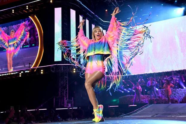"""Giữa một rừng sao nam, Ariana Grande và Taylor Swift là hai nghệ sĩ nữ duy nhất thiết lập được thành tích """"khủng"""" này trên BXH Hot 100 - Ảnh 2."""