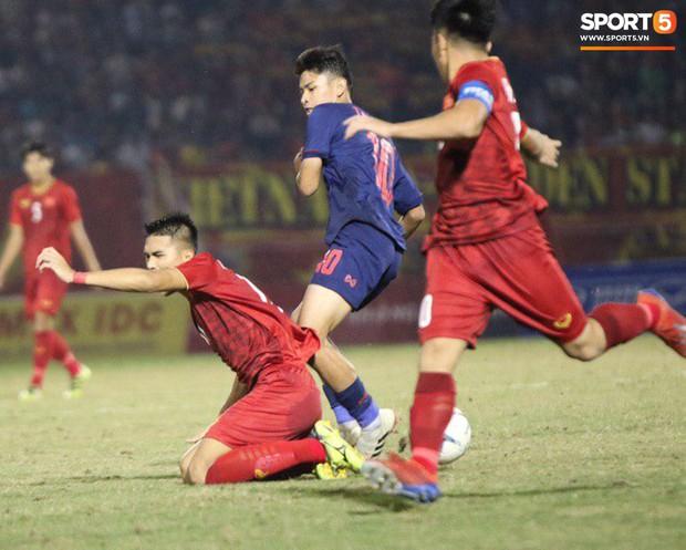 Cầu thủ U18 Việt Nam và U18 Thái Lan lao vào nhau, đòi ăn thua đủ trong trận đấu nghẹt thở tại giải vô địch Đông Nam Á - Ảnh 2.