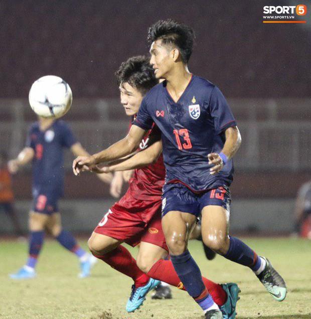 Cầu thủ U18 Việt Nam và U18 Thái Lan lao vào nhau, đòi ăn thua đủ trong trận đấu nghẹt thở tại giải vô địch Đông Nam Á - Ảnh 8.