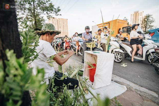 Người nghệ nhân đan lá dừa nước hiếm hoi trên đường phố Hà Nội: Ai cũng từng có một tuổi thơ đẹp như thế! - Ảnh 1.