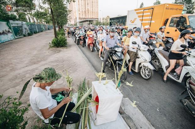 Người nghệ nhân đan lá dừa nước hiếm hoi trên đường phố Hà Nội: Ai cũng từng có một tuổi thơ đẹp như thế! - Ảnh 7.