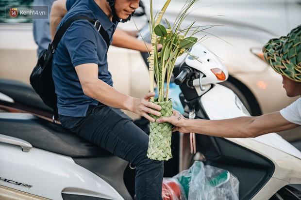 Người nghệ nhân đan lá dừa nước hiếm hoi trên đường phố Hà Nội: Ai cũng từng có một tuổi thơ đẹp như thế! - Ảnh 8.