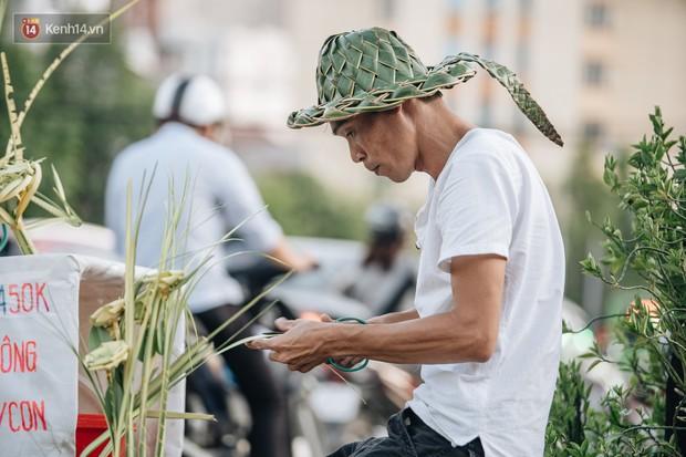 Người nghệ nhân đan lá dừa nước hiếm hoi trên đường phố Hà Nội: Ai cũng từng có một tuổi thơ đẹp như thế! - Ảnh 3.