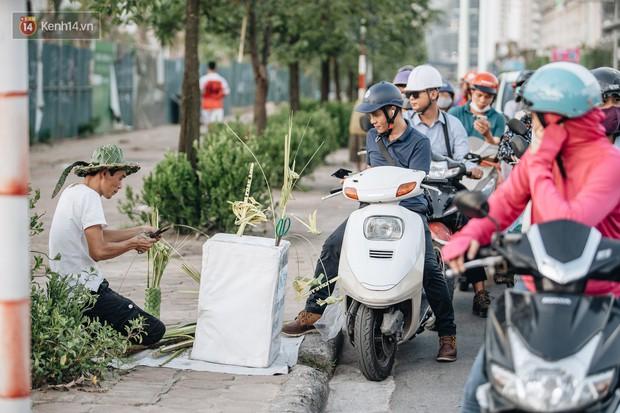 Người nghệ nhân đan lá dừa nước hiếm hoi trên đường phố Hà Nội: Ai cũng từng có một tuổi thơ đẹp như thế! - Ảnh 9.