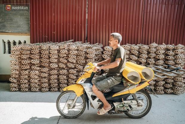Thủ phủ vàng mã lớn nhất cả nước tấp nập tháng cô hồn: túi Chanel, xe phân khối lớn, xe đạp điện xuất xưởng - Ảnh 2.