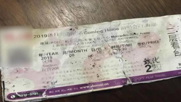 'Ông chồng quốc dân' là đây: Miệt mài lục 3 tấn rác để tìm bằng được cho vợ vé xem concert của idol - Ảnh 2.