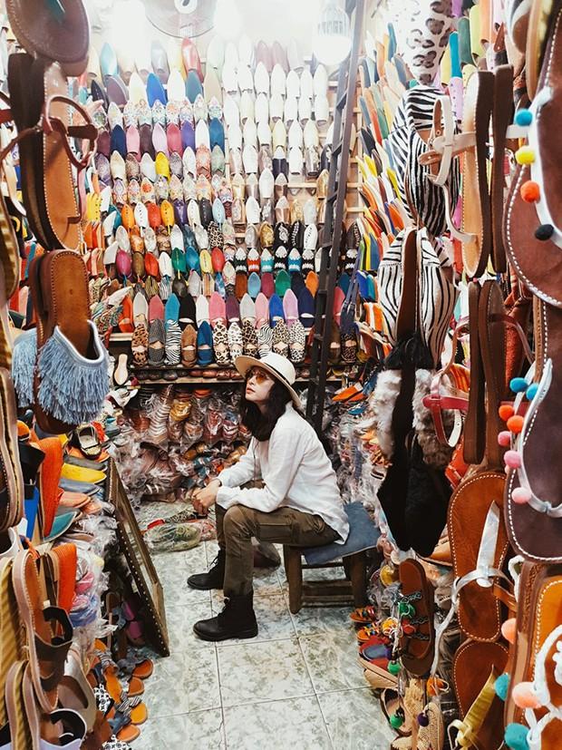 """Mặc trời nóng 46 độ, """"chị Ba"""" Ngô Thanh Vân quyết sang châu Phi khám phá chợ trời nức tiếng Maroc và ngồi… buôn dép - Ảnh 1."""