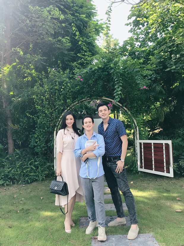 MC Tuấn Tú khoe ảnh thân thiết bên Quang Anh và phụ nữ lạ, netizen rần rần đoán mẹ Bảo Về nhà đi con đã trở về - Ảnh 1.