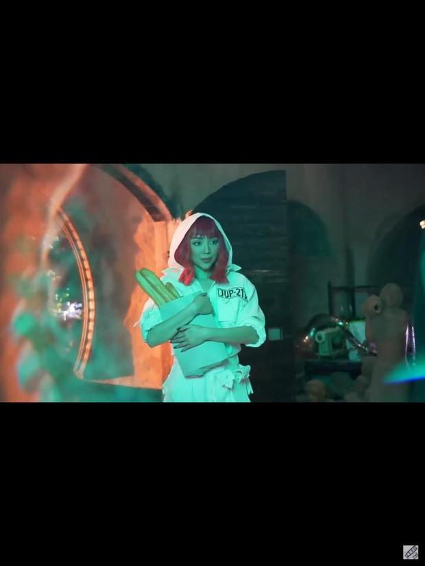 Rò rỉ ảnh từ MV mới nhất của Tóc Tiên: nghi vấn tạo hình rất giống 1 MV huyền thoại của Britney Spears? - Ảnh 1.