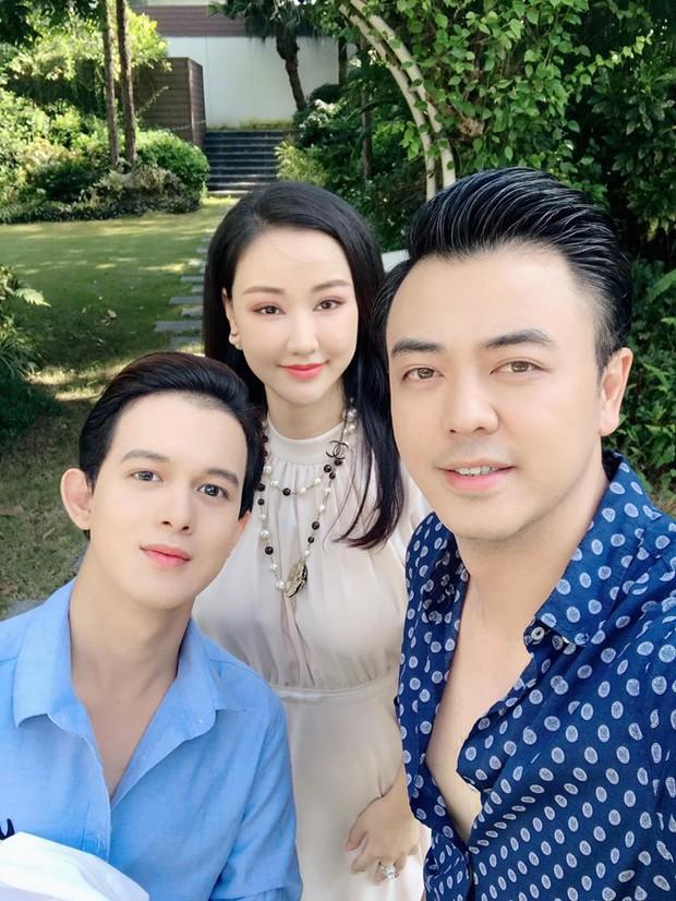 MC Tuấn Tú khoe ảnh thân thiết bên Quang Anh và phụ nữ lạ, netizen rần rần đoán mẹ Bảo Về nhà đi con đã trở về - Ảnh 3.