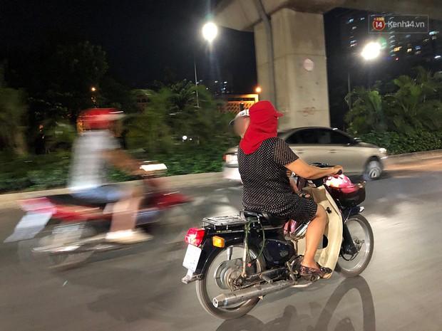 Thót tim nữ ninja đi băng băng trên đường Hà Nội, 1 tay lái xe máy, 1 tay... bồng con nhỏ - Ảnh 2.